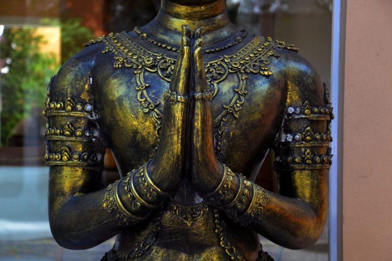 仏さまの合掌。手を合わすことは仏教の敬いの作法
