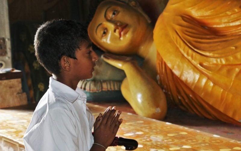神仏にお祈り・お願いをする子供