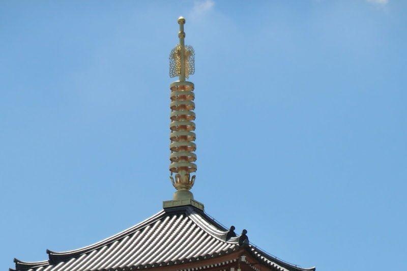 寺の屋根の伸びた棒(相輪)