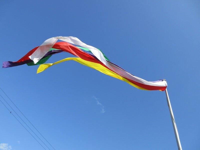 仏教の5色の旗(幟)。仏教行事を知らせる目印