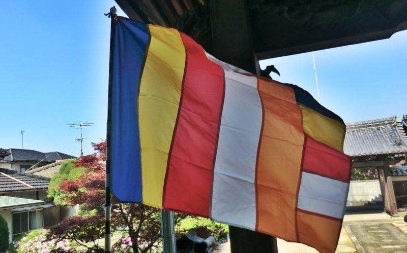 仏教のカラフルな旗。仏旗(ぶっき)