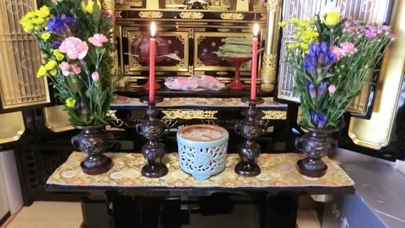 香炉や花立や蝋燭台は、経机に置かない。別の台を用意して飾る。