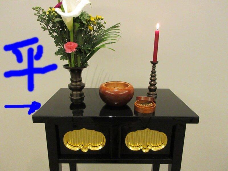仏具を飾る台の特徴。経机と違い、筆返しが無い机。