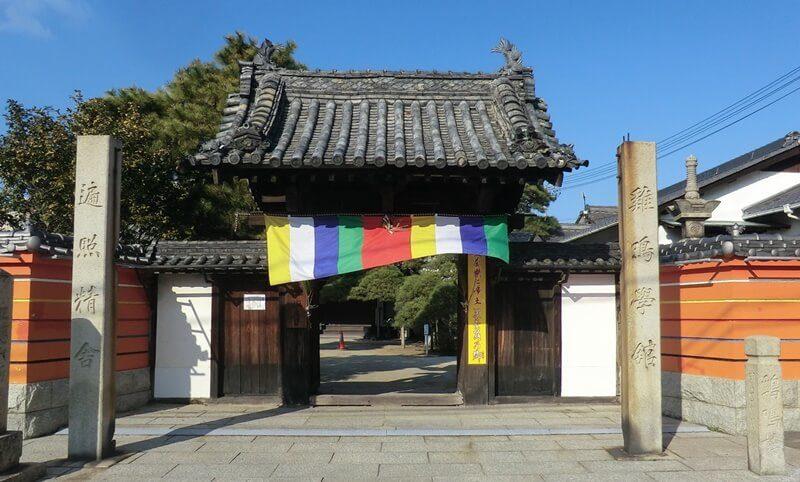 お寺の門にある5色の旗幕.。仏旗