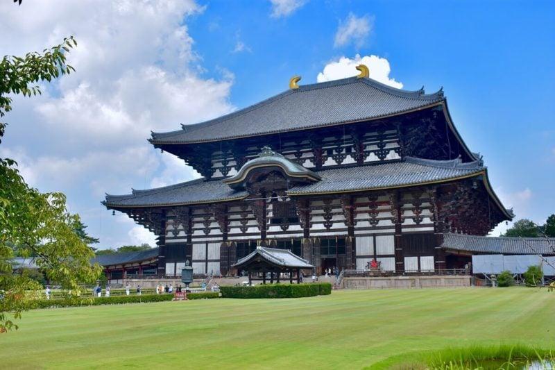 大きなお寺の例。世界遺産、東大寺の大仏殿