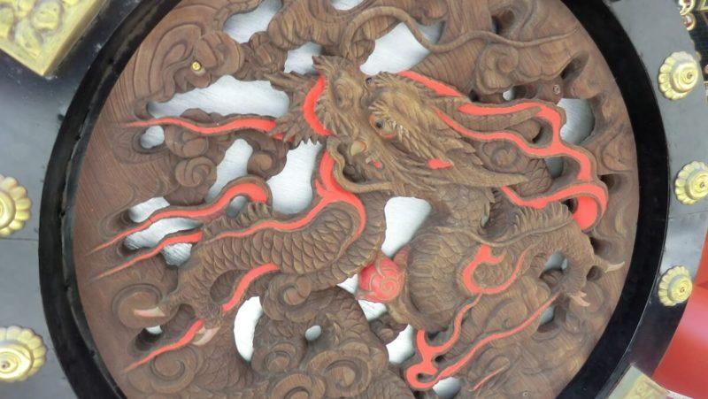 天井に描かれた龍の彫刻