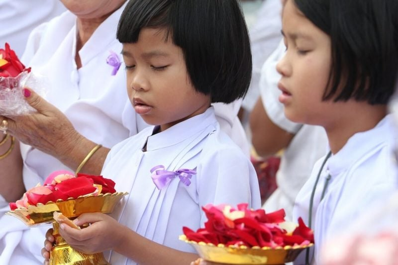 心の中で念じ、神仏に祈っている女の子たち