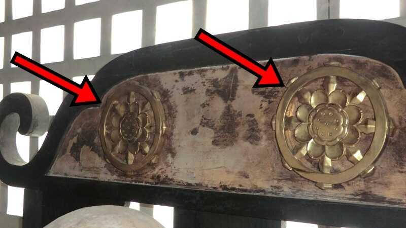 お寺の椅子に装飾された仏教の法輪